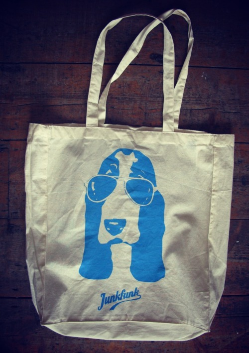 www.facebook.com/junkfunkshop JUNKFUNK CLASSIC HOUND DOG COTTON TOTEOur versatile tote is perfect for beach trips, picnics and groceries! Just £4.99