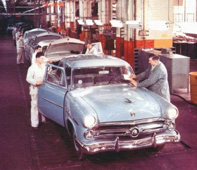theniftyfifties:  Cars on the production line, 1950s.