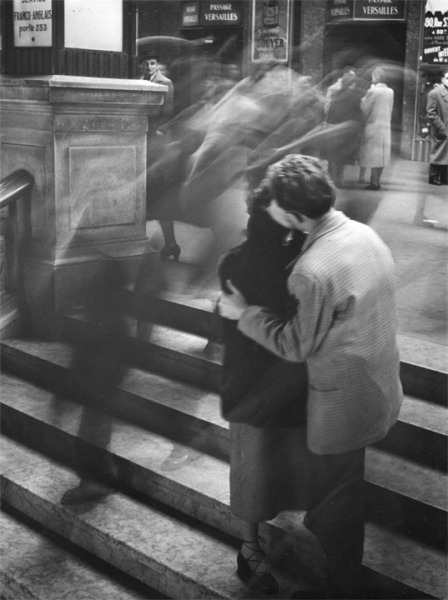 hollyhocksandtulips:  Time stands still… Robert Doisneau Baiser Passage Versailles, Paris, 1950