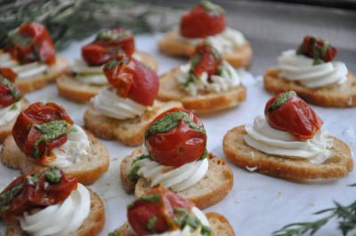 wehavethemunchies:  Tomato & Goat Cheese Bruschetta with Basil Pesto (by Sugar Sand Photography)