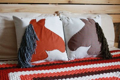 DIY horse throw pillows for Dothraki children (click through for the tutorial)