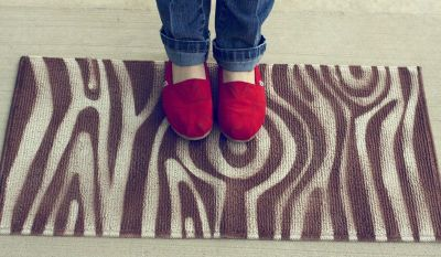 DIY woodgrain rug for the Children of the Forest (click through for instructions)