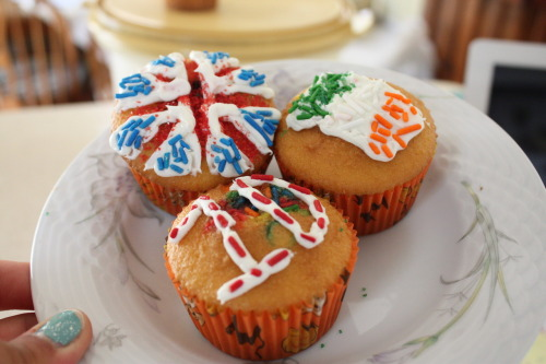 m4yfire:  awkobell:  aw cute i tried to make 1D cupcakes once too! they fell in half in the oven ya  (via imgTumble)