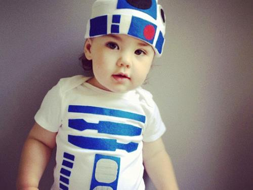 geektyrant:  R2-D2 Baby Geek Outfithttp://rant.to/PtYVK6 It's never to early to turn your kids into a geek!  that hat/onesie is dope, but my gods, what a beautiful child!