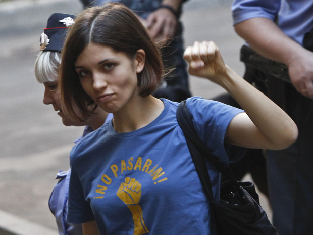 Nadeschda Tolokonnikowa, member of the band Pussy Riot, is escorted by police before a court hearing in Moscow August 8, 2012