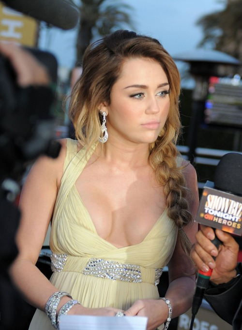 crystallized-teardrops:  luv ya miley  she is one high motherfucker