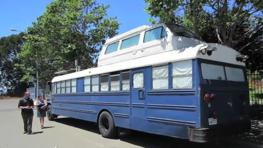 dreamrebel:  mothernaturenetwork:  Couple transform school bus into tiny home on wheelsMeet Richard and Rachel, a couple who instead of going the RV route, purchased a 39-foot school bus and spent $12K transforming it into an off-the-grid home.