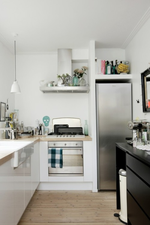 cool compact kitchen (via kitchen / Ellens album)