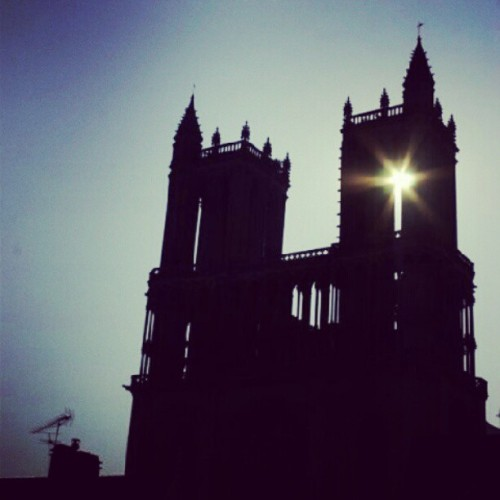 Home sweet home #notredame #sunrise #cathedral #riverislandinstatee #France  (Pris avec Instagram à Collégial Notre Dame de Mantes-La-Jolie)