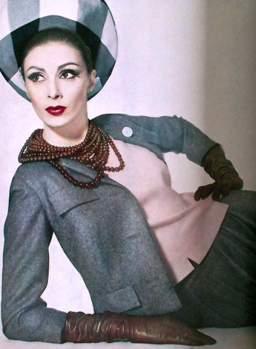 Wilhelmina Cooper - Vogue April 1962 http://www.mashpedia.es