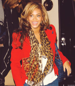 Can you get more fab than Beyonce rocking this fab scarf… We've gotta get this.
