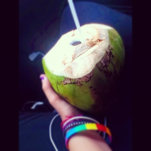 Agua de coco bitches \O/ #coco #coconut #colors #straw #water (Taken with Instagram)