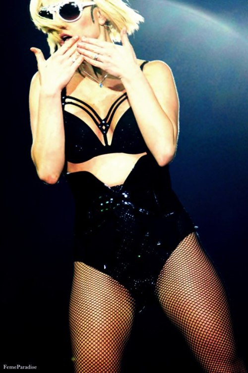 42/100 pictures of Britney Spears on tour