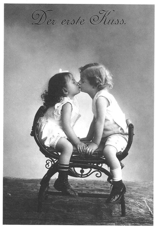 Der erste Kuss. The First Kiss. Postcard from Germany