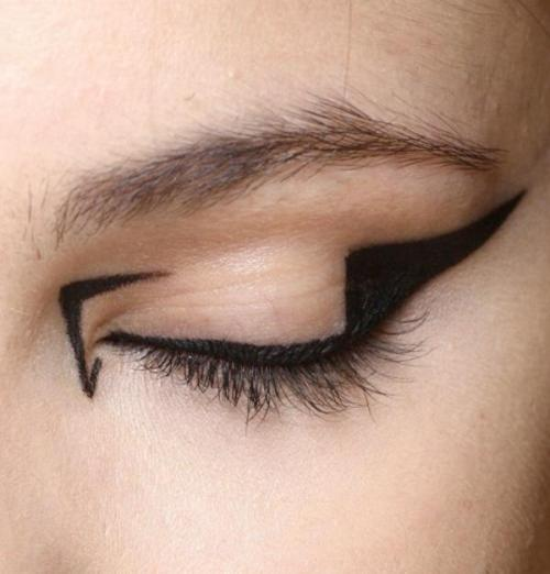 ex-oti-c:  this is so cool.. if i did eyeliner like that and came to school people would think i was crazy!