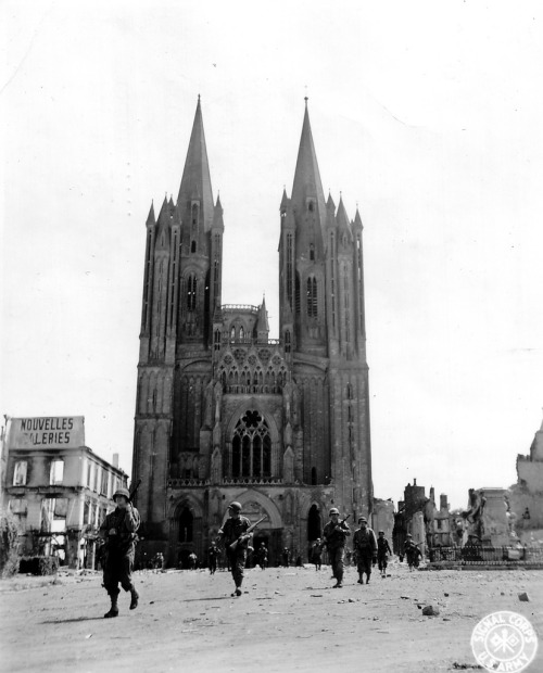 US soldiers patrol the square of the cathedral square, 30/31 July 1944