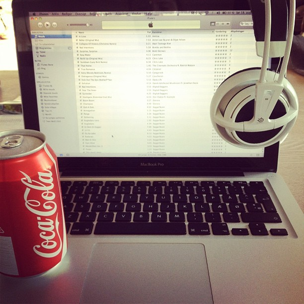 #i #am #in #love #this #is #my #day #mac #coca #cola  #steelseries #headphones #music #itunes #red #black #grey #white #awesome #swag  (Taken with Instagram)