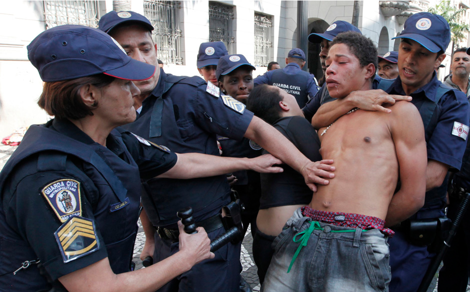 Metropolitan Police arrest a suspected drug addict in downtown Sao Paulo August 1, 2012. The Justice of Sao Paulo issued an injunction on Tuesday that prevents military police from arresting drug addicts on the streets. REUTERS/Paulo Whitaker