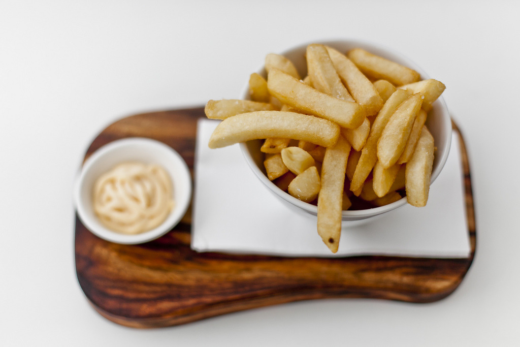 c-andidus:  gastronomyfiles:  Chips with Garlic Aioli (by Kenneth Au)  yummmmm