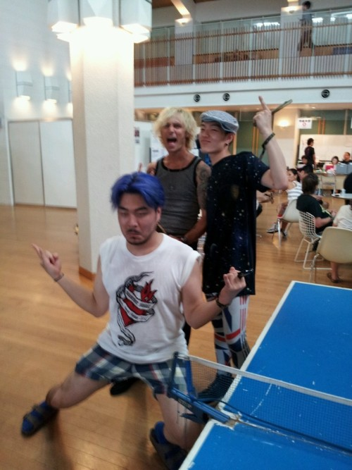 Sooryun @MengDuk had a pingpong match with Green Day's Mr. Mike Dirnt! It was a good game  (via twitter)