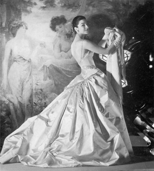 theniftyfifties:  Dorian Leigh wears a gown by Jean Patou, 1955.   Beautiful gown