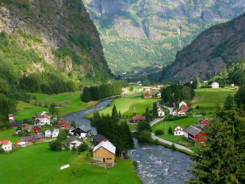 visitheworld:  Scenic village in Flåm Valley, Aurland, Norway (by corrada2000).