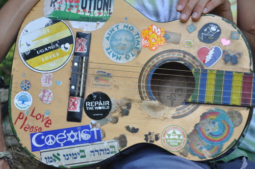 peace-love-cake:  The worlds coolest guitar.  Hello there, best friend! :)