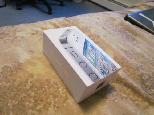 t-t-taylor:  IPHONE 4S GIVEAWAY!! My dad won an iPhone 4S at his work and he said I could do anything I wanted with it. We both have an iPhone 4S already, so we're giving away this one! Brand new, in the box, charger and headphones included.  Must be following:  (we both check) http://t-t-taylor.tumblr.com http://breathing-in-snow-flakes.tumblr.com REBLOGS ONLY, LIKES WILL BE DISQUALIFIED.  DEADLINE- SEPTEMBER 4TH 2012. Reblog as many times as you want! Each reblog gives you a better chance of winning!  We will use a random generator to pick the winner. We will pay for shipping, and we will ship it anywhere.