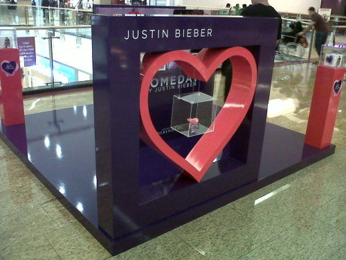 OMG OMG OMG they have a beiber booth