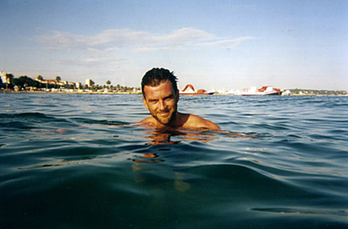 lestercorp:  Paul Thomas Anderson in Cannes, 2002  Can I frame this?