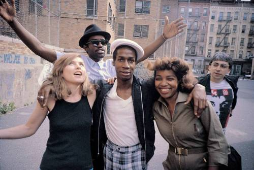 collective-history:  Debbie Harry, Fab 5 Freddy, Grandmaster Flash, Chris Stein, and an unidentified woman. 1981 NYC