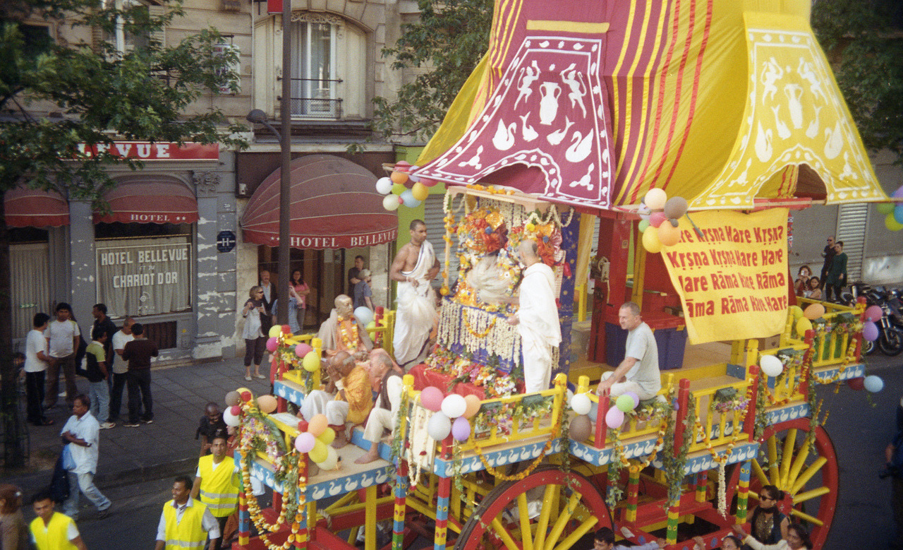 Hare Krishna Parade / Rue de Turbigo / Paris, France.Pentax ME w/ Makinon 28-80mm f/3.5 lens / Kodak Gold 100 (expired) / Epson V500.Summer 2012.