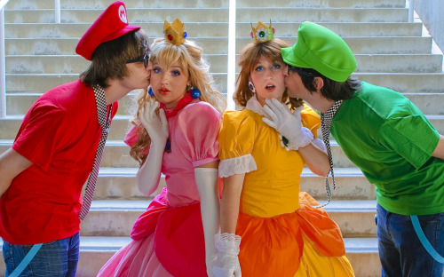 Cosplay Wednesday: Supe Mario Bros with Peach & Daisy How cute!  From westcowing10.