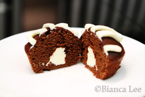 foodfuckery:  chocolate hostess cupcakes with marshmallow filling and frosting