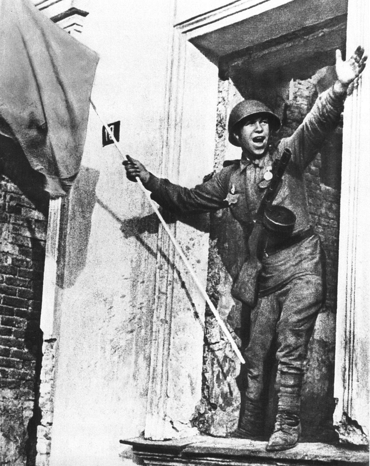 imperija:  Soviet soldier celebrating victory in Orel Orel, August 1943