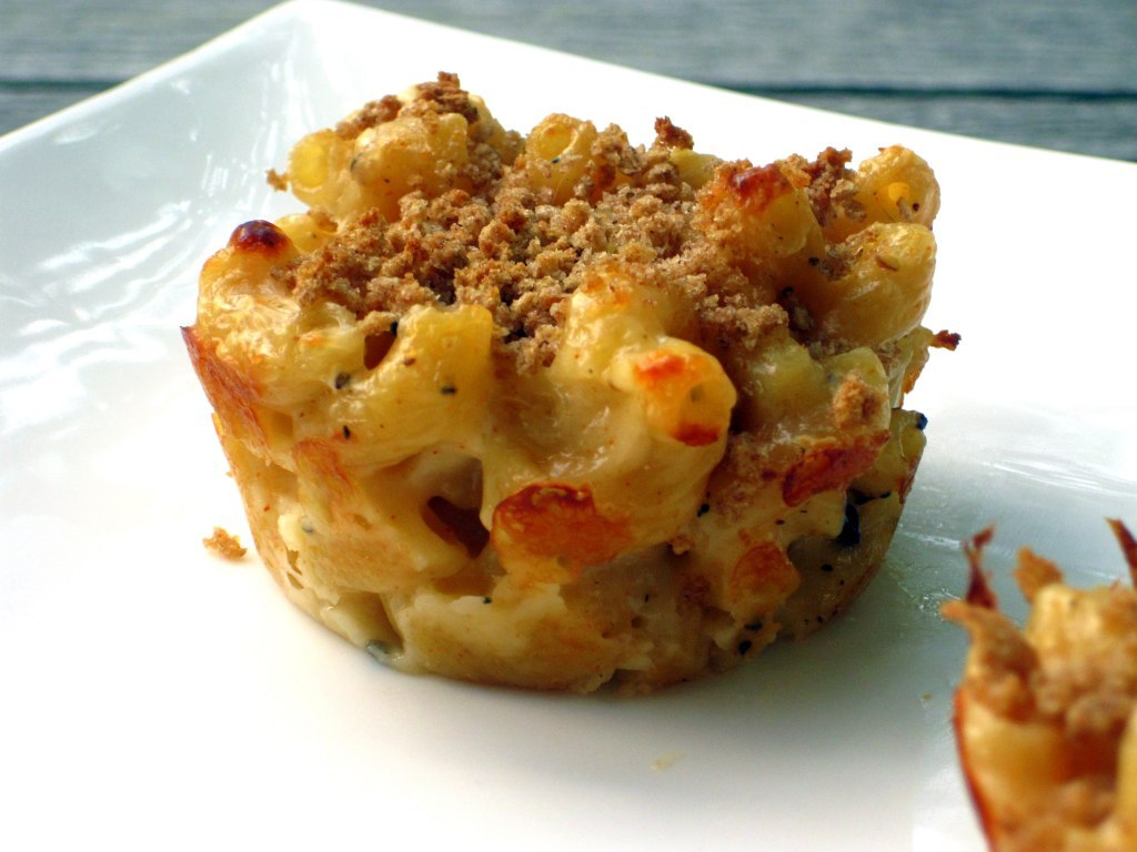 themacandcheesefiles:  Mac and cheese muffins. Looks good, don't it?  (photo courtesy of Skinny Mom; click pic to check it out!)