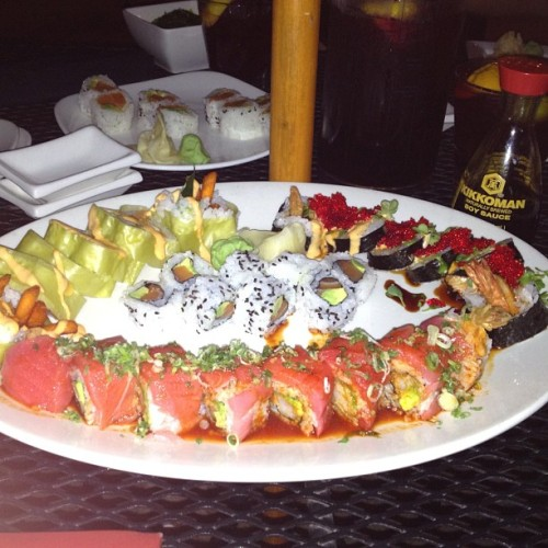 #rollout cause im so fucking Ill #foodporn #sushi #lavaroll #reddragon @jenagarfield @justinehornick @fadibaghdaddy  (Taken with Instagram)