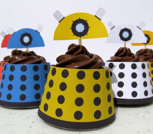 stravaganza:  bowtied:  whatthefoucault:  Dalek Cupcake Wrapper by ~F-A I NEED THESE TO LIVE  Blimey those cupcakes look absolutely…  …Dalektable.