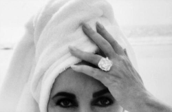 Monday Muse: Elizabeth Taylor Even when rocking a towel turban, she still oozes more glamour than most could imagine…what a dream. xoRZ