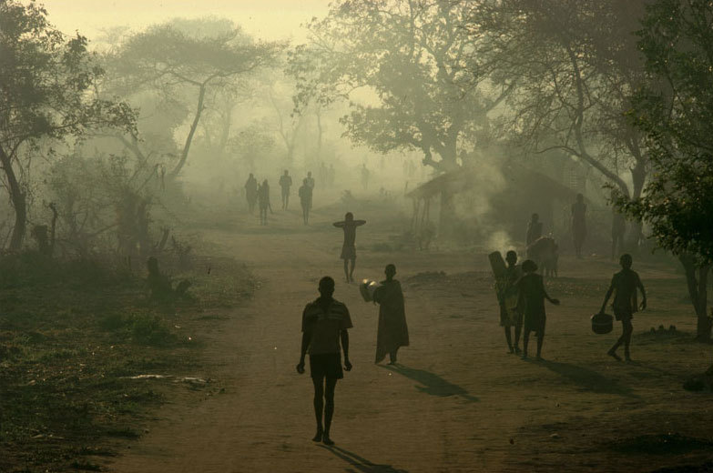 fotojournalismus:  Mozambican refugee camp, 1988. [Credit : Peter Turnley]