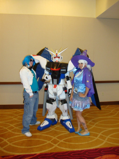 zeonfunnelcake:  Zappa_slave (as DJ Pon3) And me (as Trixie) With Freedom Gundam @ San Japan. I nearly had a fangasum.Plus the guy underneath the suit had a MLP shirt on. Someone find this man, and tell him I want to date with him!!