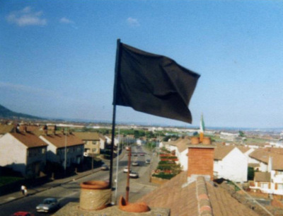 aonaran:  Black flag flying from a house in West Belfast to signify the death of a hunger striker.