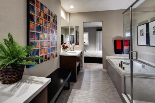 NAHB's Home of the Day is loving the modern vibe this bath! No wonder this project won a BALA! How could your project win a BALA? Find out here: http://www.nahb.org/award_details.aspx?awardID=1627&utm_source=tumblr&utm_medium=social&utm_content=2BALA&utm_campaign=HOTD