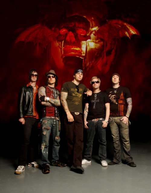 I never realized before how much bigger M.Shadows is compared to Syn.