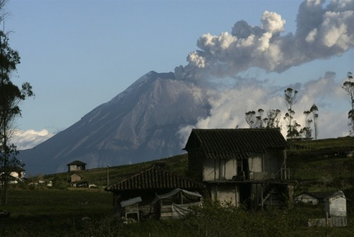 fotojournalismus:  A view of the Tungurahua volcano on August 20, 2012. Ecuadorian authorities are encouraging residents living near the Tungurahua volcano to evacuate due to increased activity, according to local media reports cited by Reuters. The volcano has been in an active state since October 1999. [Credit : Carlos Campana / Reuters]