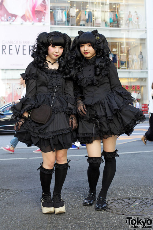 mszombi:  tokyo-fashion:  19-year-old Tokyo girls in gothic fashion (+ Tokyo Bopper) on the street in Harajuku.  Does anyone else get weirdly happy when they see Japanese girls wearing Bodyline?Girl on the left has the dress I want. *grabby hands*
