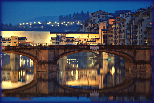 allthingseurope:  Ponte Vecchio, Florence at night (by Massimo Carradori)  Reminds me of the terrible job selecting the photos of my Tuscany trip last July.