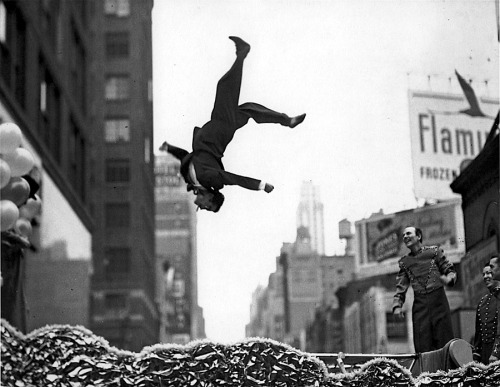 "luzfosca:  Garry Winogrand  ""Flip"", USA, 1950s"