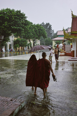 BURMA. Mandalay. Walking in the rain. ⓒ Julie Mayfeng