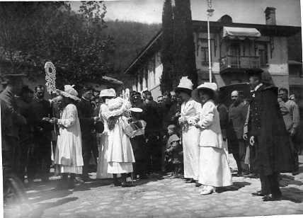 themauveroom:  The Grand Duchesses selling flowers to collect money for tuberculosis patients: Yalta, 1912.   I want to say White Flower Day, a day where they collected money and sold things in charity bazaars. I think that's right, if it's in Yalta. The area around Livadia in Yalta is where it took place I believe.